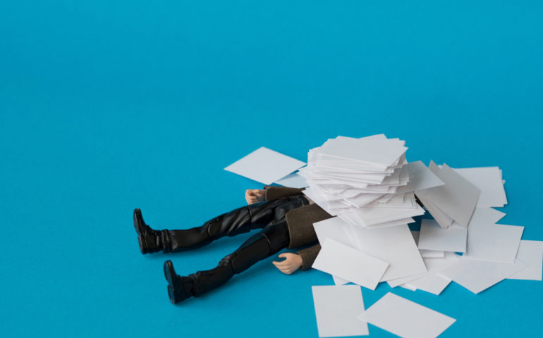 https://www.shutterstock.com/pt/image-photo/concept-people-swamped-paperwork-758340955