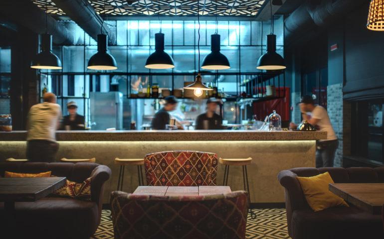 bar junto com um restaurante