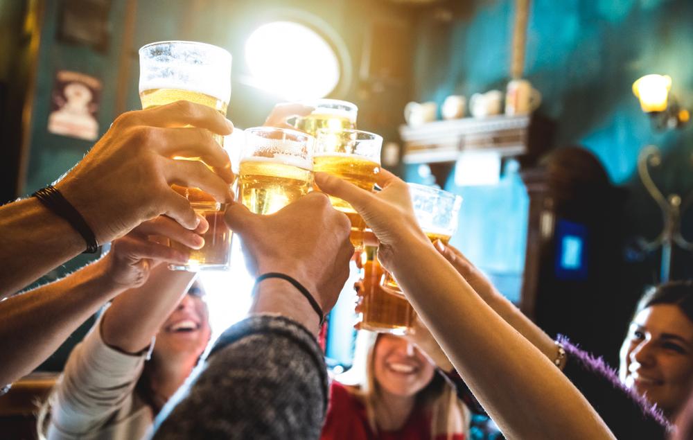 clientes felizes bebendo chopp